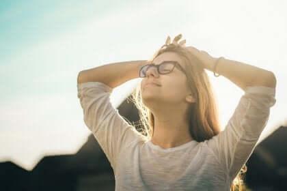Kvinde, der nyder frisk luft