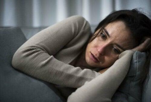 Deprimeret kvinde på sofa