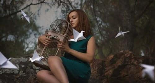 Kvinde omgivet af papirfugle