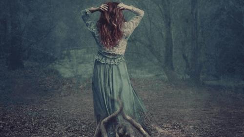 Maleri af kvinde i en skov