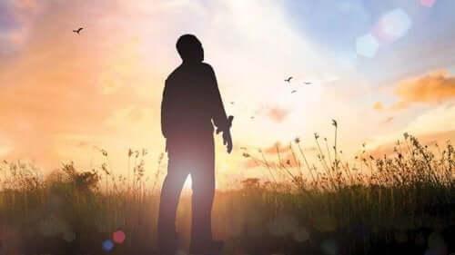 Mand, der står på en eng