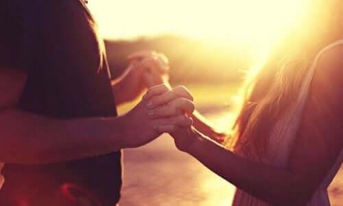 Par, der holder i hånd