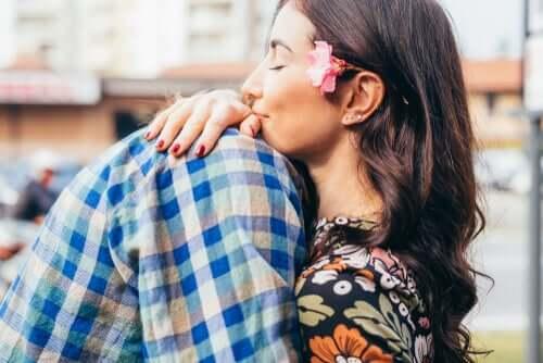 Par krammer og nyder, at kærlighed gør os mere intelligente