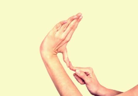 person, der kan bøje sin finger unaturligt meget