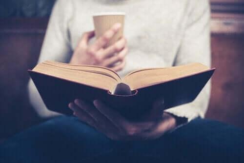 Person, der læser med en kop kaffe