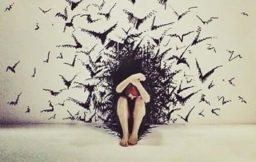 Pige med angst gemmer sig for fugle