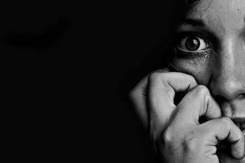 Skræmt kvinde i mørke