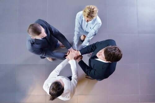 Interaktionsritualer finder sted i gruppe med hænderne samlet