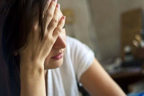 Kvinde, der tager sig til hoved, oplever forskellige typer depression