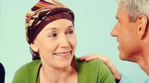Kvinde med kræft modtager psykoonkologi