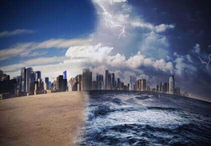Storby med hav og lyn