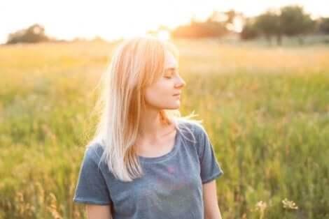 Kvinde på mark dyrker sin selvkærlighed