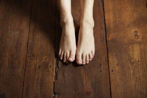 Bare fødder på gulv