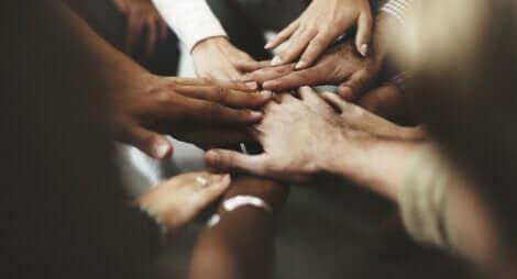 Hænder samles for at illustrere fredelig sameksistens