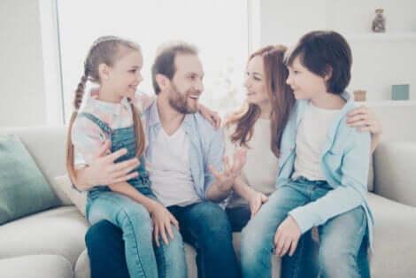 Familie illustrerer kærlighed i familien