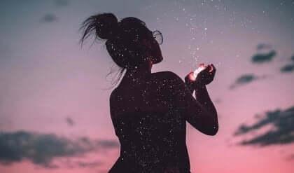 Kvinde i mørke griber stjernestøv