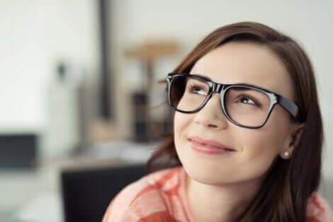 Glad kvinde med briller