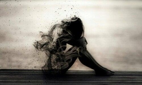 Tegning af skræmt pige, der gemmer ansigt