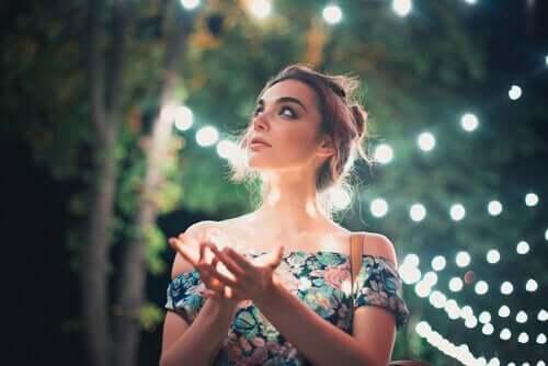 Kvinde, der er omgivet af lys, lader sit indre lys stråle