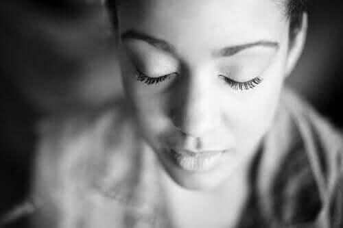 Kvinde med lukkede øjne er i gang med at dyrke den indre verden