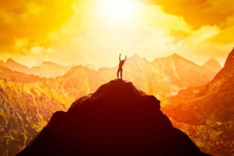Kvinde på toppen af et bjerg