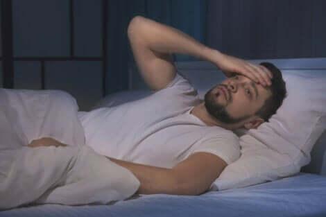 Søvnløs mand illustrerer, at dårlig søvn fører til ensomhed