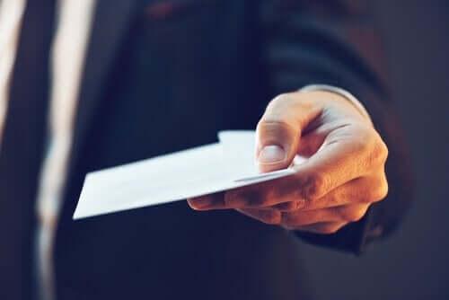 Mand med konvolut symboliserer forholdet mellem køn og korruption
