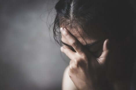 Trist pige tager sig tik hoved