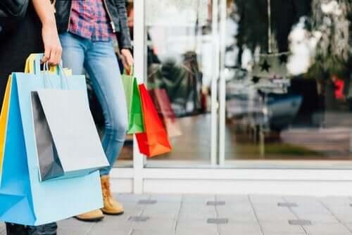 Personer shopper og går rundt med indkøbsposer