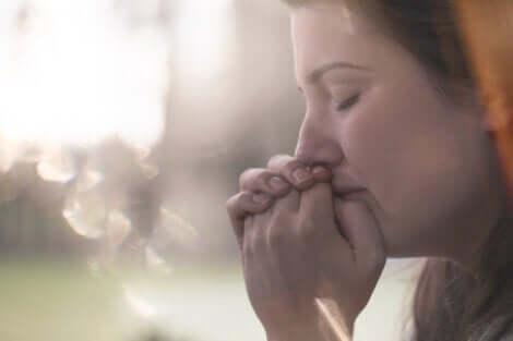 Trist kvinde med lukkede øjne