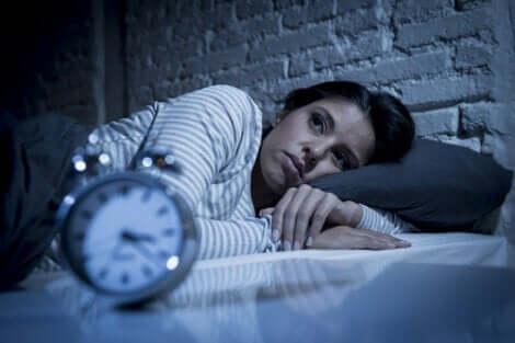 Søvnløs kvinde i seng lider af hypnomani