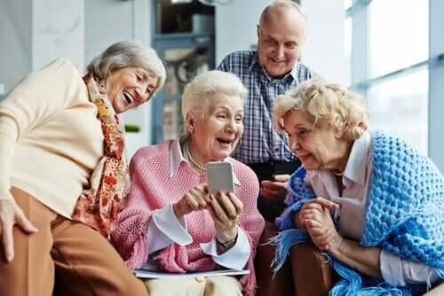 Ældre folk, der morer sig over smartphone