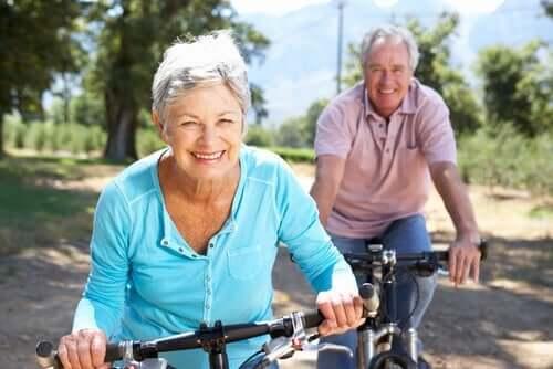 Ældre par, der cykler