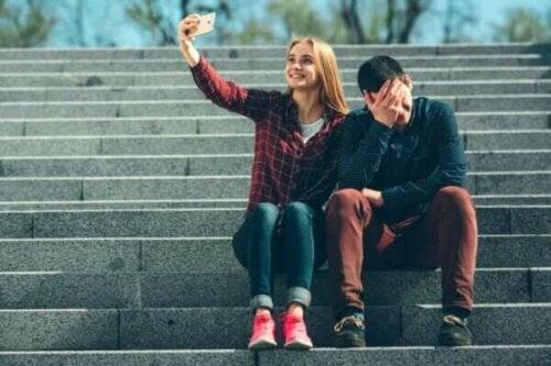 Den patologiske afstand mellem hvordan vi har det og hvad vi deler på sociale medier