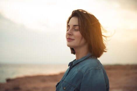 Smilende kvinde udenfor nyder neurotransmitteren for fred