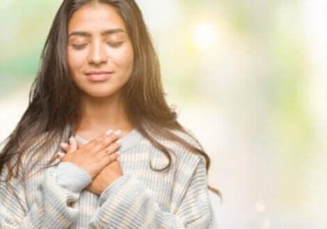 Kvinde med hænder på hjertet