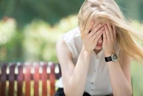 Bekymret kvinde tager sig til hoved