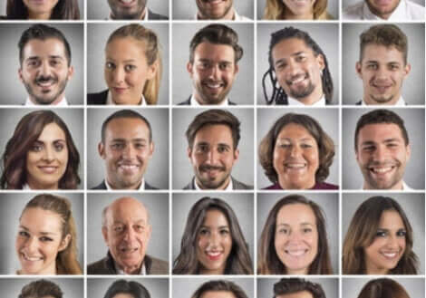 Mennesker med forskellige ansigtsudtryk