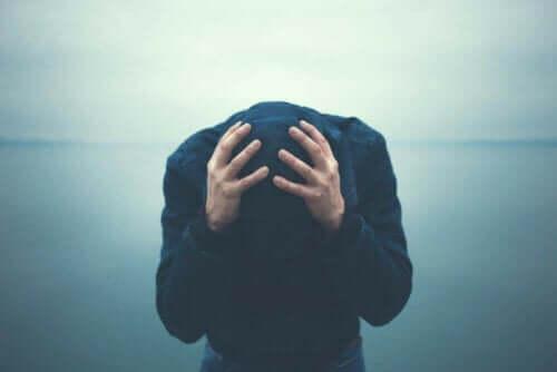 Frustreret hætteklædt person