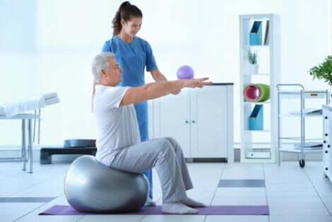 Fysioterapeut, der træner ældre mand