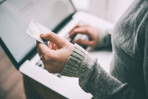 Kvinde, der handler på internettet