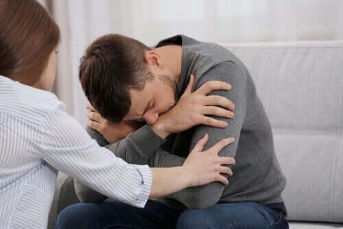 Kvinde, der prøver at trøste fortivlet mand