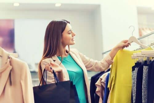 Kvinde, der køber tøj