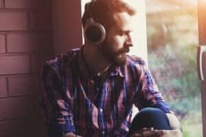 Mand lytter til trist musik