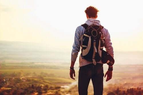 Mand på tur med rygsæk