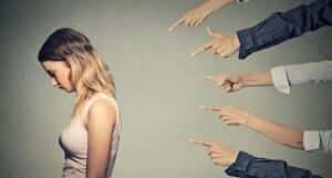 Kvinde peges fingre af