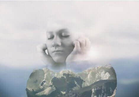 Omtåget kvinde, der holder sig for ørerne