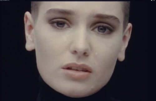 Sinéad O'Connor fælder en tåre