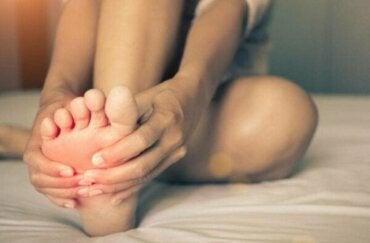 Brændende fødder-syndrom: Årsager og symptomer