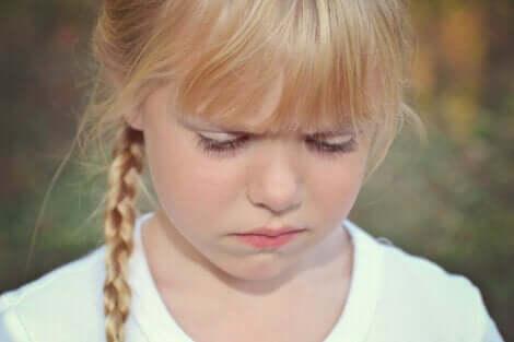 Trist pige har brug for terapi til børn